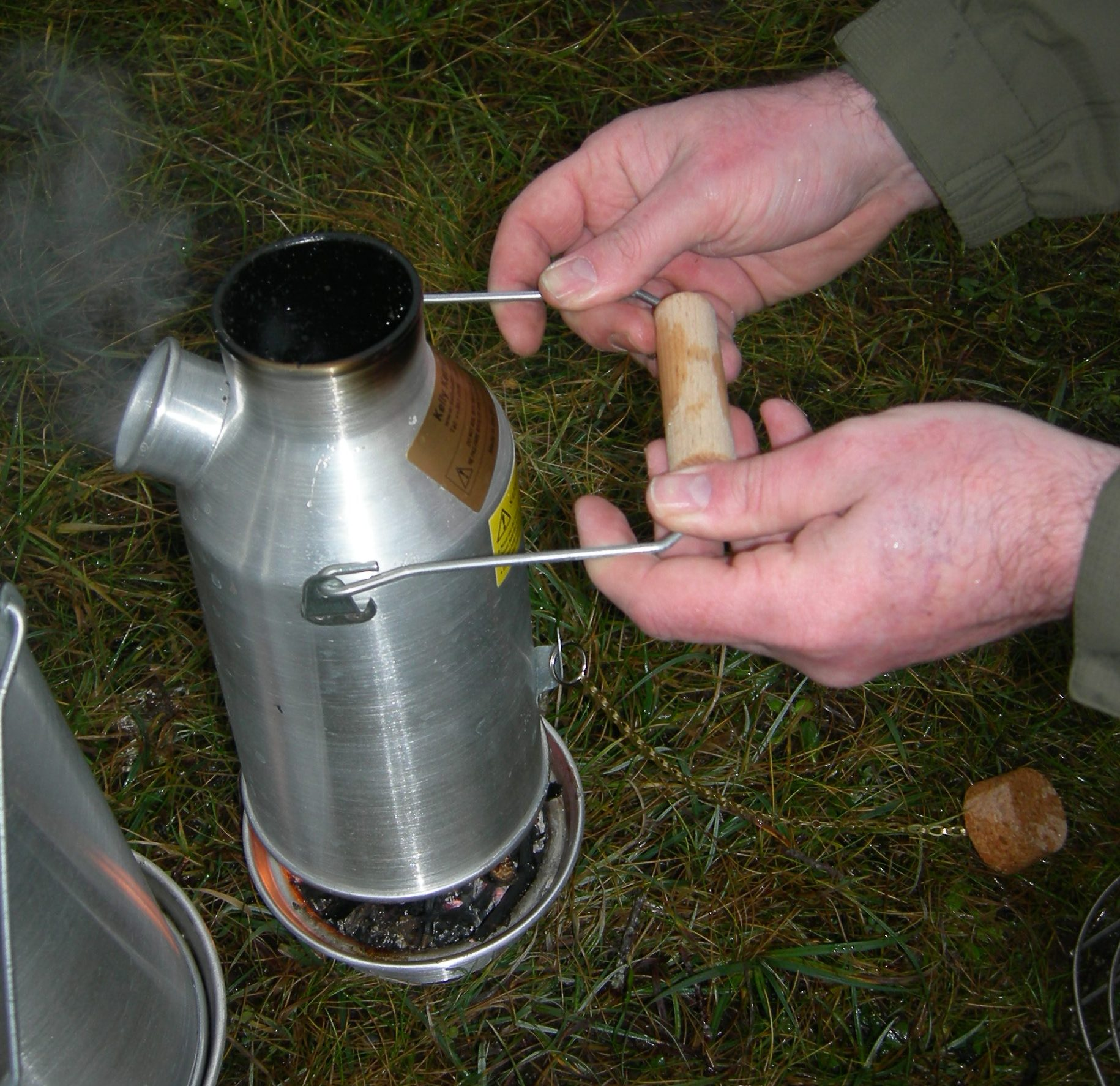 How to lift the Kelly kettle